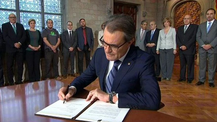 Artur Mas, firmando la convocatoria del referéndum catalan