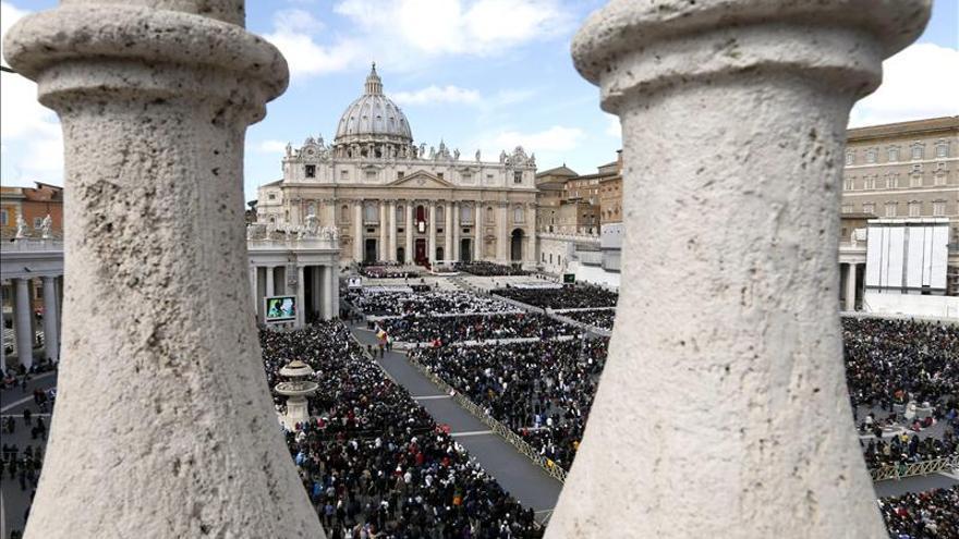 Un hombre se encarama en la cúpula del Vaticano en protesta contra el euro