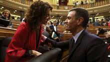 El presidente del Gobierno, Pedro Sánchez, y la ministra de Hacienda, María Jesús Montero, en el Congreso de los Diputados.