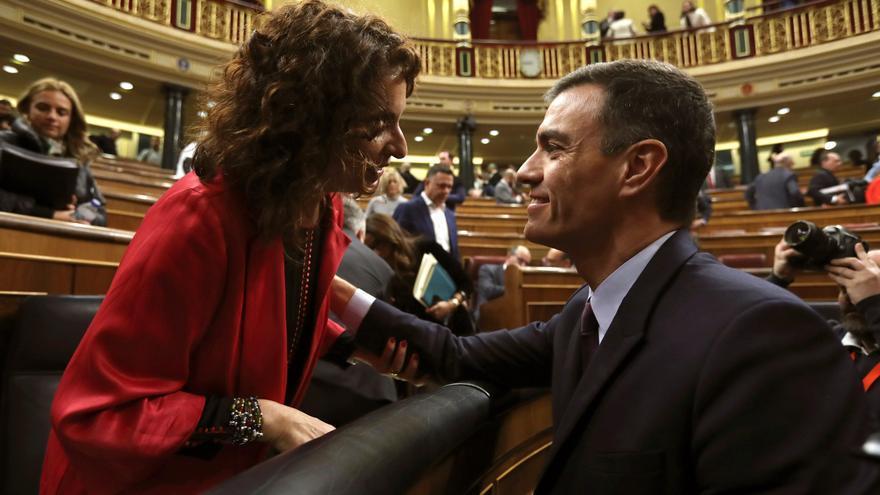 El presidente del Gobierno, Pedro Sánchez, conversa con la ministra de Hacienda, María Jesús Montero al finalizar la primera jornada del debate de totalidad de los presupuestos este martes en el pleno del Congreso.