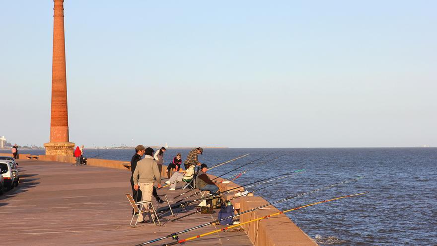 Pescadores en la Rambla del Río de la Plata.