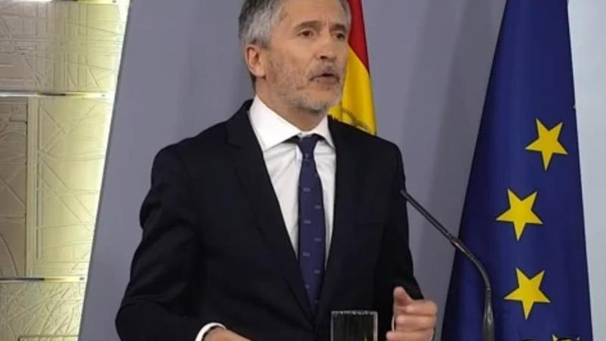Captura de la señal institucional de Moncloa, del Ministro del Interior Fernando Grande Marlaska, este domingo durante la rueda de prensa.