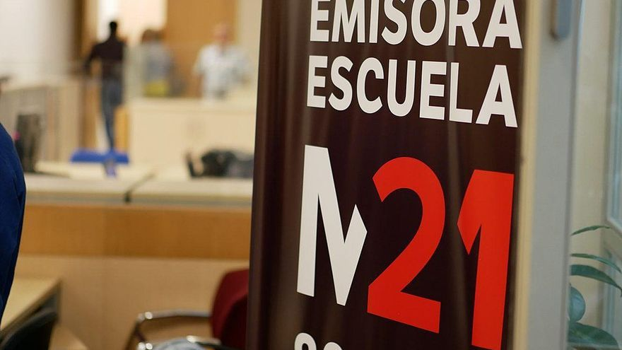 Estudios de M21 en el Palacio de Cibeles con un cartel. / Wikipedia