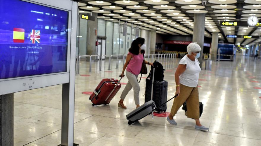 Dos viajeras con maletas en la terminal 1 del aeropuerto de Madrid-Barajas Adolfo Suárez