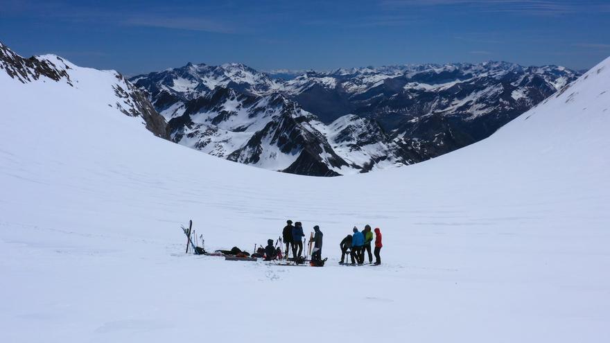 Equipo de Morraine durante la ascension al glaciar de Ossue