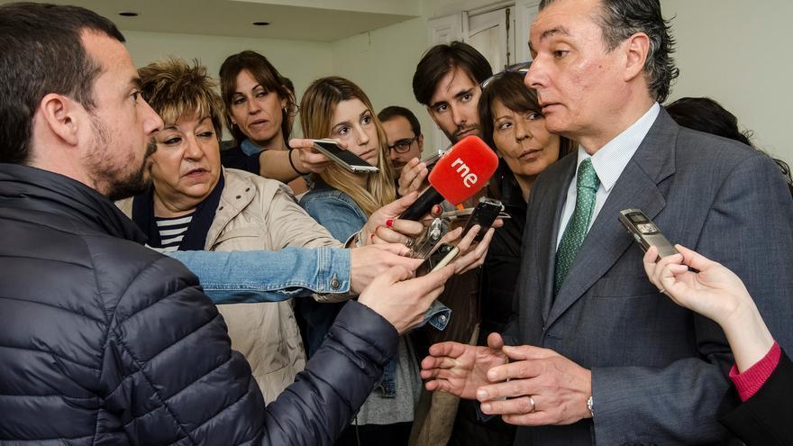 El presidente de la CEV, Salvador Navarro, atiende a los medios