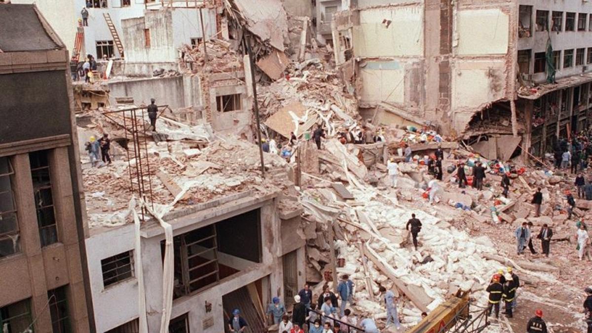 El frente del edificio de la AMIA, luego del atentado, el 18 de julio de 1994.