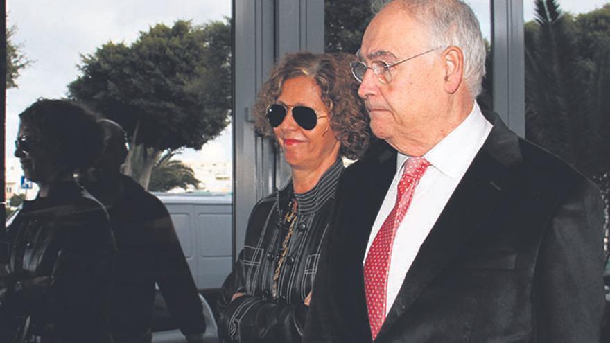 Isabel Déniz y su abogado, Felipe Fernández Camero, entrando al Juzgado. (Foto: De la Cruz/ Diario de Lanzarote)