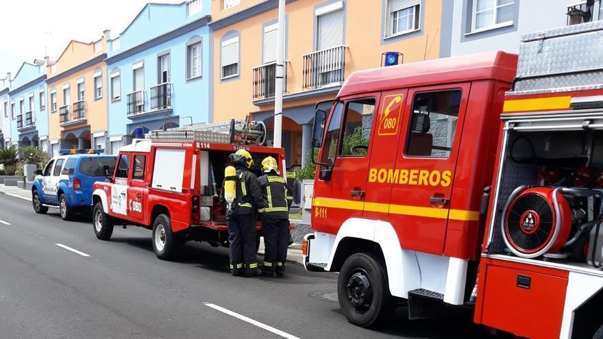 Bomberos del Parque de La Grama que han intervenido en la extinción del incendio registrado en el patio de una vivienda de núcleo de San José (Breña Baja).