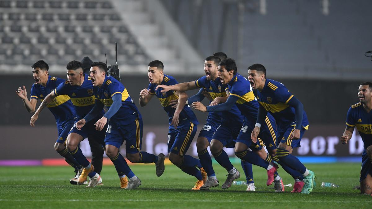 Los jugadores de Boca corren a festejar con el arquero Rossi.