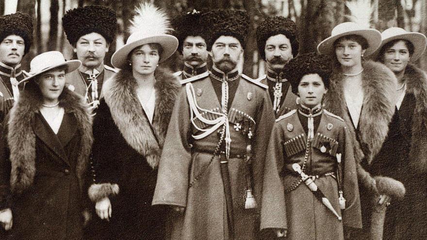 De izquierda a derecha: Gran Duquesa Anastasia, Gran Duquesa Olga, Zar Nicolas II, Tsarevich Alexei, Gran Duquesa Tatiana y Gran Duquesa Maria | Romanov Collection, General Collection, Beinec