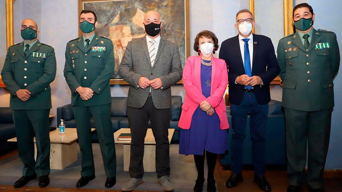 Ruiz y Valenzuela con miembros de la Guardia Civil.