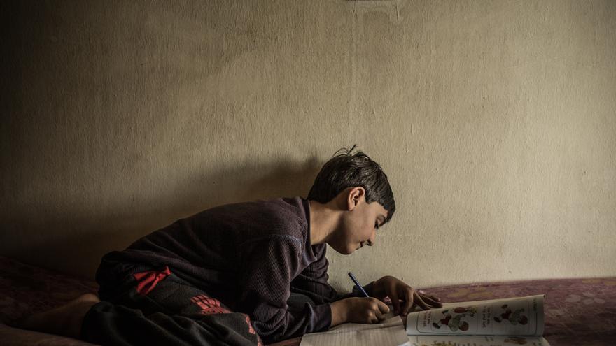 Foto: Suleiman es el hijo menor de Susan y Ayman. Desde que huyó de Siria junto a su familia no ha podido retomar sus estudios en Líbano y es su madre quién le esta enseñando a leer y escribir. A Ayman, su padre, le fué imposible conseguir un trabajo con el que poder pagar no solo la escuela, sino el alquiler y la atención medica de su hijo mayor. Autor: Pablo Tosco / Oxfam Intermón