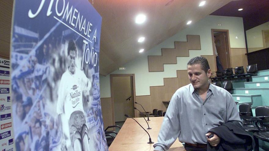 Toño abandona la sala de prensa del Rodríguez López tras la rueda de prensa de presentación de su partido homenaje