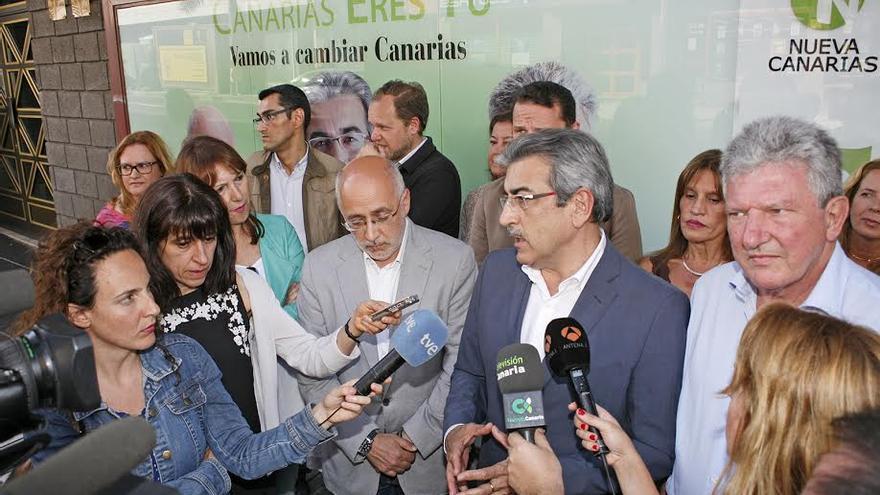 Román Rodríguez, junto a otros candidatos de Nueva Canarias en la pegada simbólica de carteles. (ALEJANDRO RAMOS)