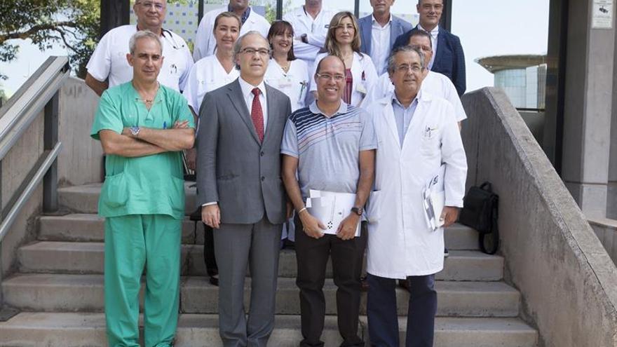 El consejero de Sanidad del Gobierno de Canarias, Jesús Morera (1er término-2i) y el paciente Juan Jesús Pérez (1er término-2d) posan junto al equipo médico responsable de transplantes en el Hospital Universitario de Canarias en La Laguna (Tenerife) con motivo del centenar de trasplantes de páncreas llevados a cabo en Canarias.