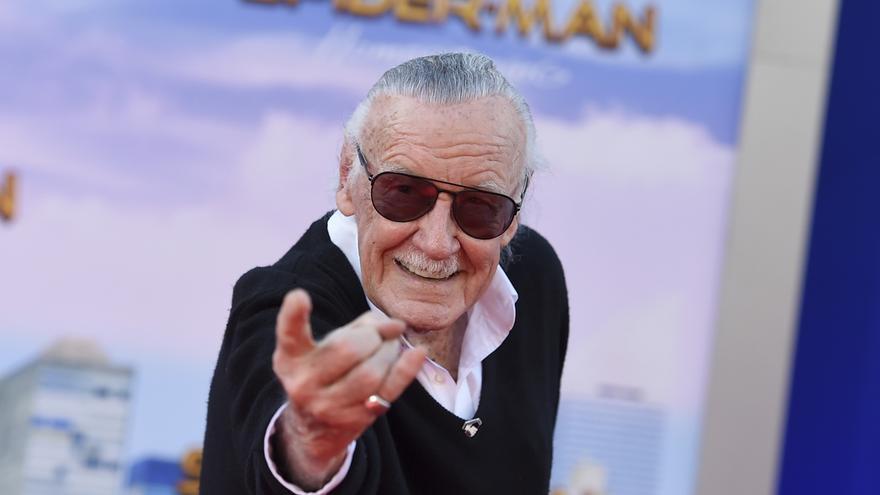 Stan Lee lanzando su 'tela de araña' en la presentación de la última entrega de Spiderman