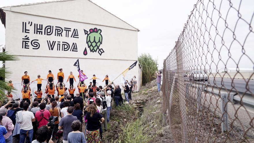 El Forn de Barraca con el mural del diseñador Diego Mir, días antes de ser demolido para ampliar la carretera V-21.