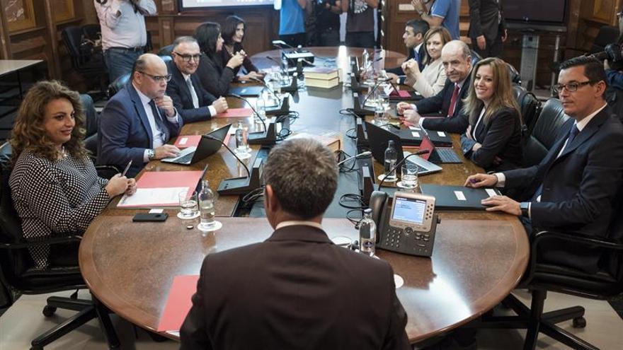 El presidente del Gobierno de Canarias, Fernando Clavijo (c), presidió la reunión del Consejo de Gobierno junto a todos sus consejeros, inmediatamente después de la toma de posesión de las cuatro nuevas incorporaciones, Pablo Rodríguez (d); José Miguel Barragán (2i); Cristina Valido (i); José Manuel Baltar (3i).