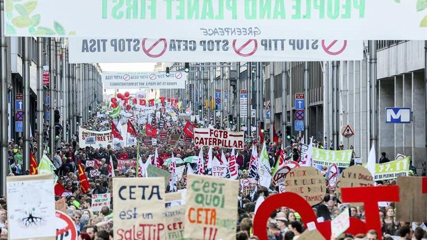 Miles de personas protestan ante las instituciones europeas contra el TTIP