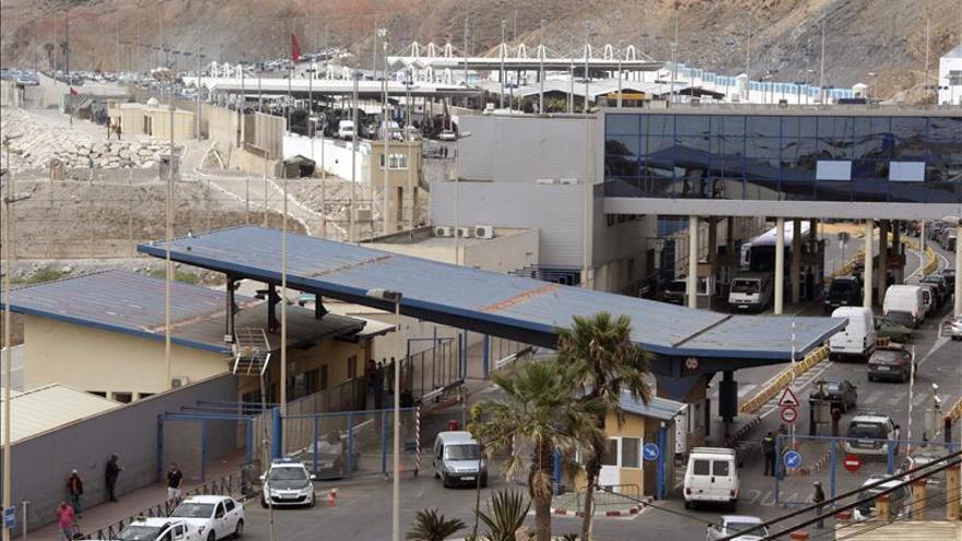 La masiva acumulación de porteadores causa avalanchas en la frontera de Ceuta