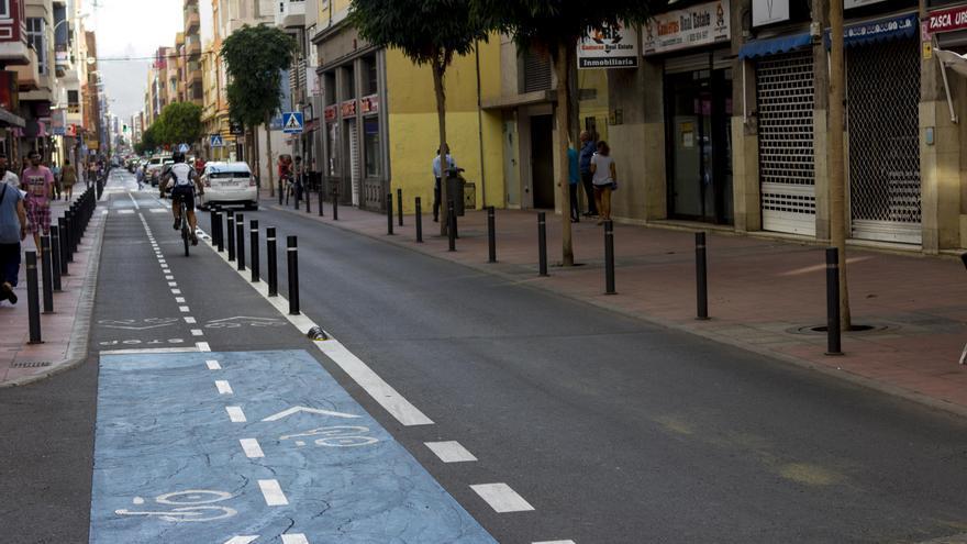 Carril bici integrado en la calzada en Las Palmas de Gran Canaria. JOSÉ J. JIMÉNEZ
