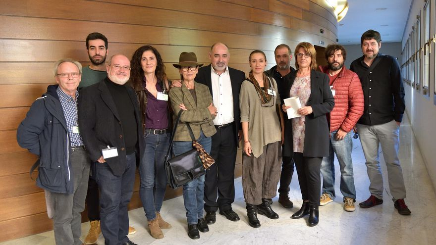 Representantes de la Asociación de Actores y Actrices junto a Josep Almería (Podemos) y Josep Nadal (Compromís)