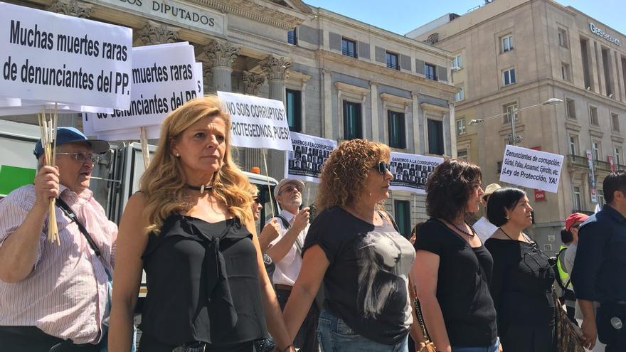 Ana Garrido, denunciante del caso Gürtel, en la protesta de los alertadores frente al Congreso.