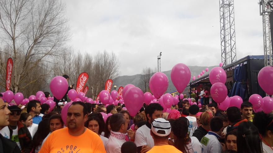 Momento previo a la salida de la marcha solidaria 'Luchamos por la vida' en Los Corrales de Buelna.   CORAL GONZÁLEZ