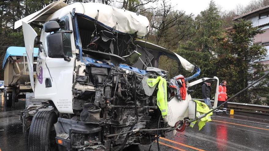 Mueren el chófer de un camión y el de un autobús en un accidente en Vizcaya