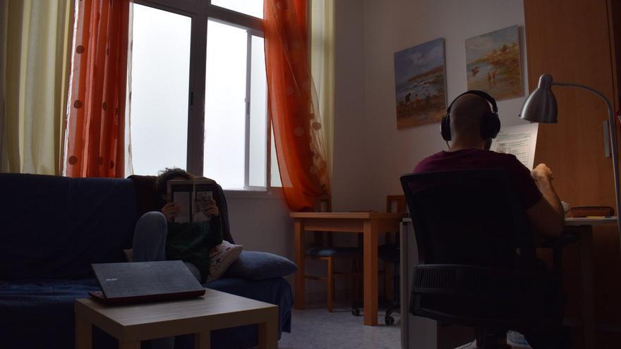 María lee un libro mientras su pareja estudia.