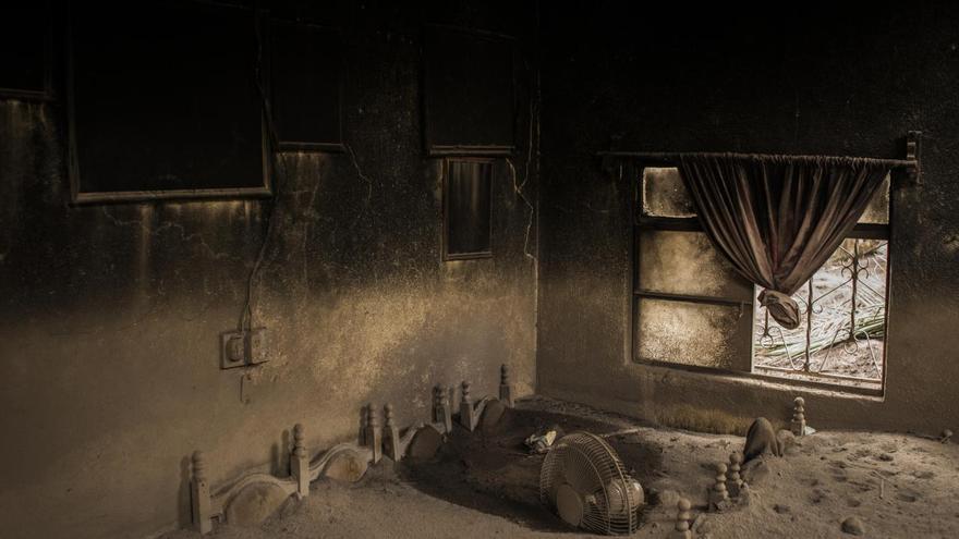'Still Life Volcano', ganadora del segundo premio en la categoría 'Noticias generales'. La sala de estar de una casa abandonada en Guatemala cubierta de ceniza después de la erupción del Volcán de Fuego
