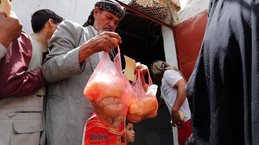 Un comedor social sirve el único plato diario en la zona más pobre de Saná