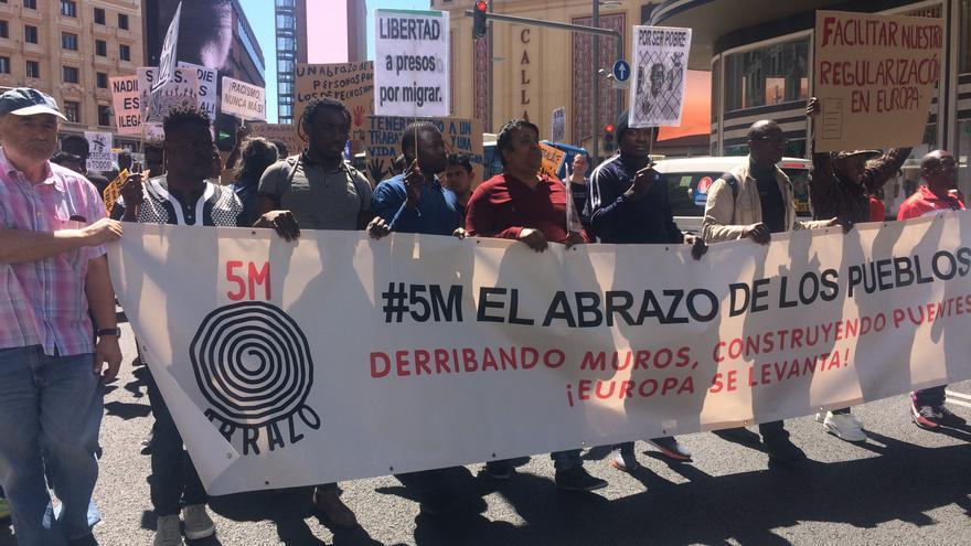 """Alrededor de 200 manifestantes claman en Madrid que """"ninguna persona es ilegal"""""""