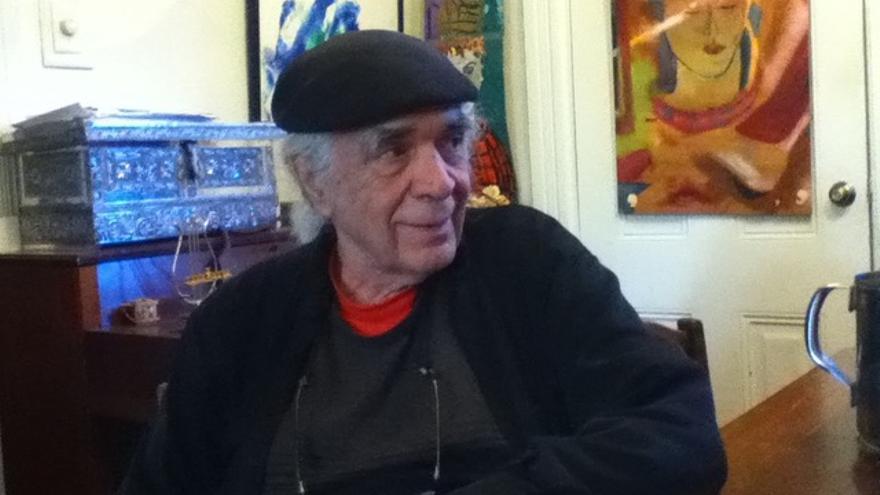Ramón Sender, con un cuadro de su padre, Ramón J. Sender, al fondo.