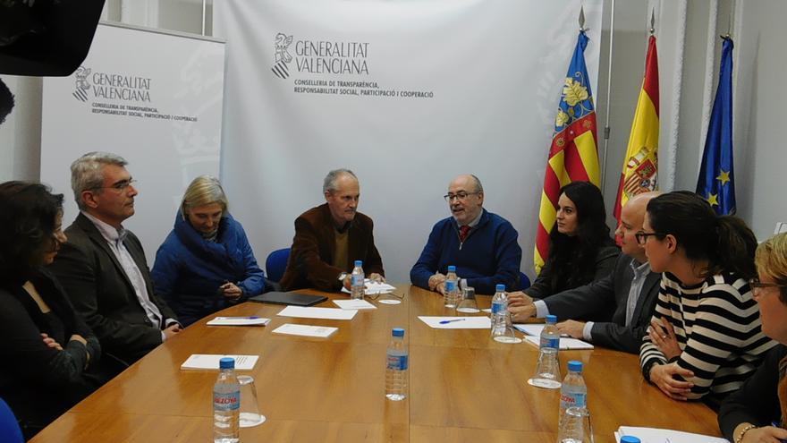 El conseller Manuel Alcaraz con los miembros del Consejo de Transparencia