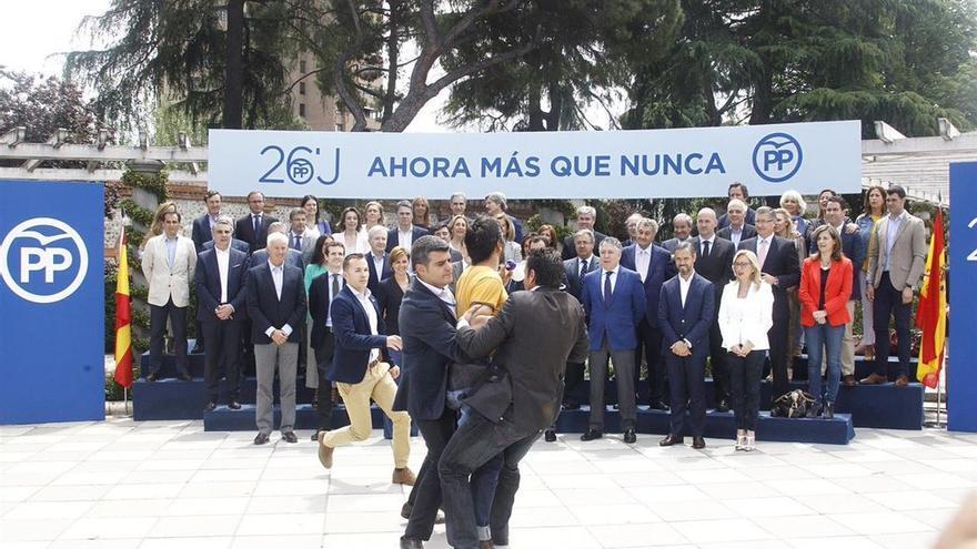 Un espontáneo irrumpe en el acto de Rajoy con sus candidatos al grito 'Sois la mafia'