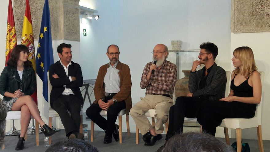 José Luis Cuerda, con actores y productores de la película