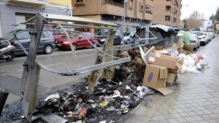 Desconvocan la huelga de basuras en Granada y empiezan a limpiar las calles