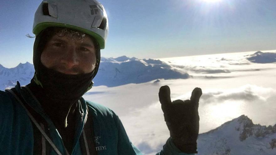 Marc-André Lecrerc en la cima de la Torre Egger tras su ascensión invernal en solitario (© Marc-André Lecrerc).