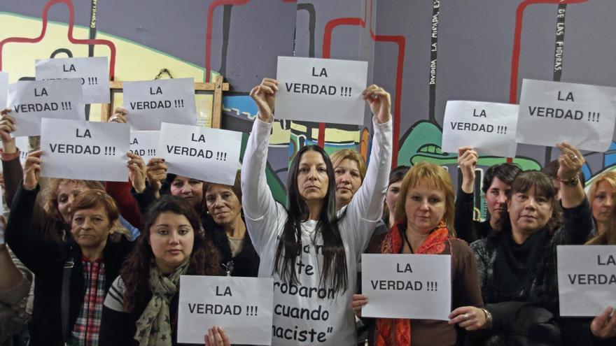 Patricia Giménez (centro) lidera a un grupo de mujeres argentinas que, como ella, fueron víctimas del arrebato de sus hijos al nacer.   FOTO: Vanessa Escuer