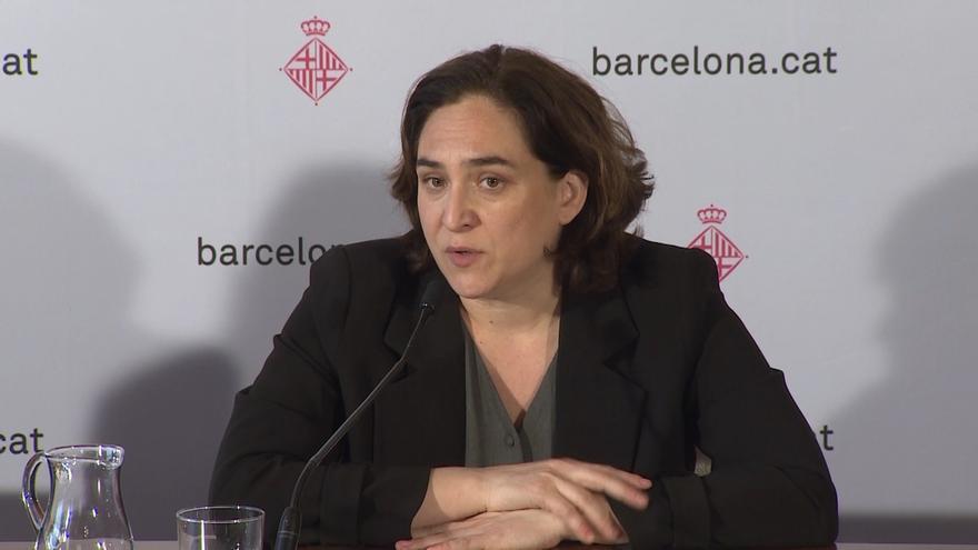 """Colau critica las """"posiciones reaccionarias"""" de Manuel Valls y que """"nunca"""" hable de Barcelona"""
