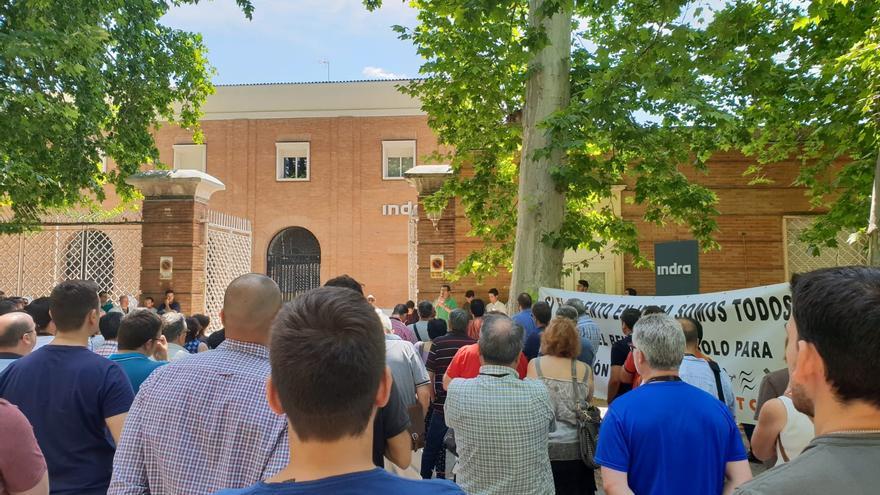 Concentración de los trabajadores de Indra Sistemas este lunes, 10 de junio, en el centro de la empresa en Aranjuez (Madrid).