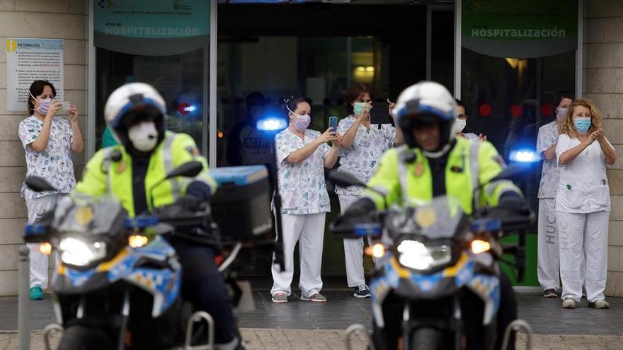 Policías y Protección Civil rinden un emotivo homenaje a los sanitarios las puertas del HUC