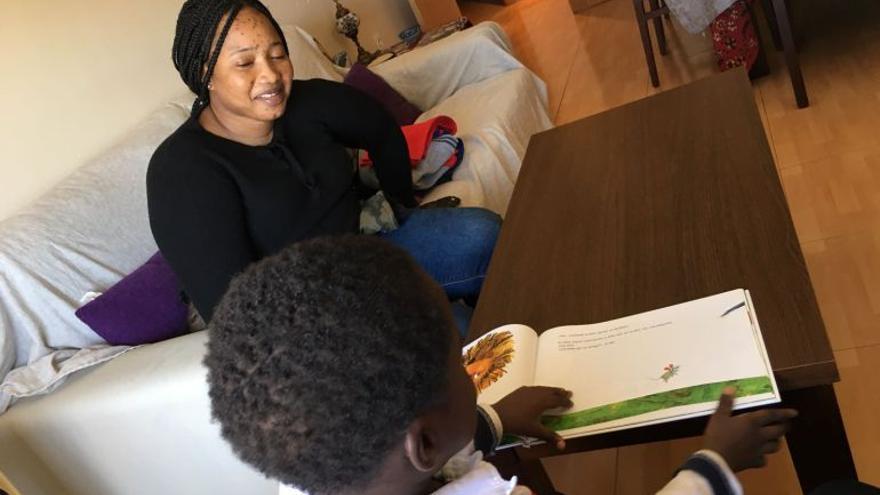 Oumo se reencuentra con su hijo después de siete meses separados.