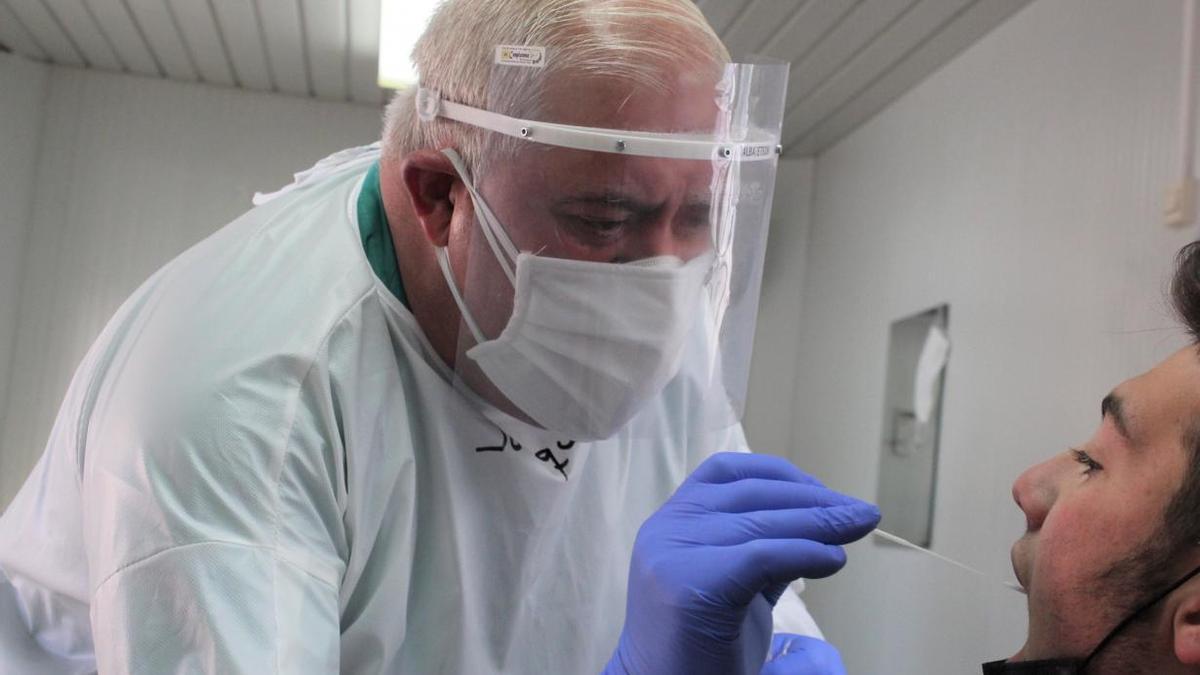 Un sanitario de Castilla-La Mancha practica una prueba de coronavirus