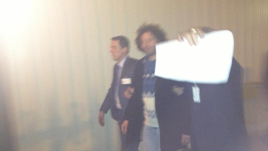 Miembros de la seguridad del Congreso se llevan detenido a un activista antidesahucios.