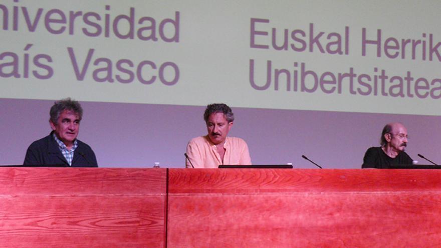 Bernardo Atxaga, Josean de Miguel y Mauricio Rodríguez-Gastaminza ofrecen una conferencia sobre memoria histórica. /G. A.