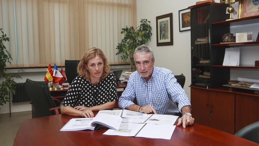 La alcaldesa Rosa Díaz, junto al concejal de Hacienda Avelino Rodríguez