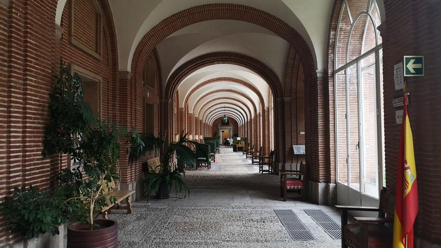 Interior de uno de los corredores de la Hospedería de la Santa Cruz